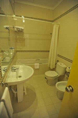 Grande Hotel de Paris : Dark but pretty bathroom.