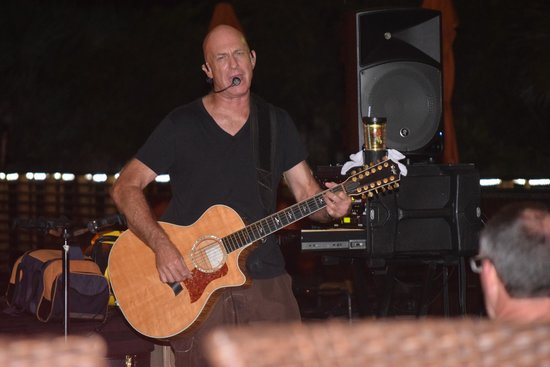 Hilton Cocoa Beach Oceanfront : Live entertainment until 9pm at night. Bar only open until 11:30 pm
