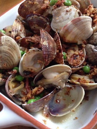 Chorizo & Co. : Clams with peas and ham