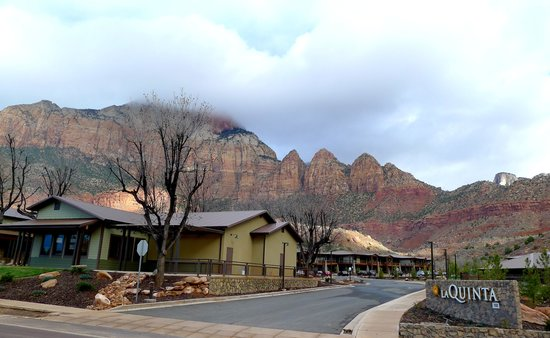 La Quinta Inn & Suites at Zion Park / Springdale: Entrance to the hotel