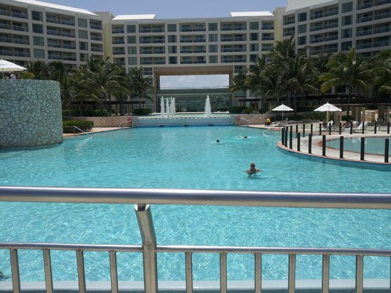 The Westin Lagunamar Ocean Resort Villas & Spa, Cancun: View from the Pool Deck to the Main Entrance