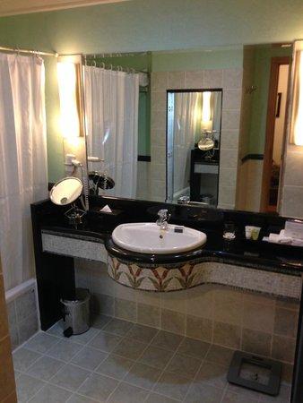 Oryx Hotel: Oryx bathroom