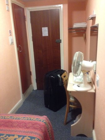 Macdonald Hotel: July 2014, room with on suite bathroom. Tea making facilities with kettle and the fan was a life