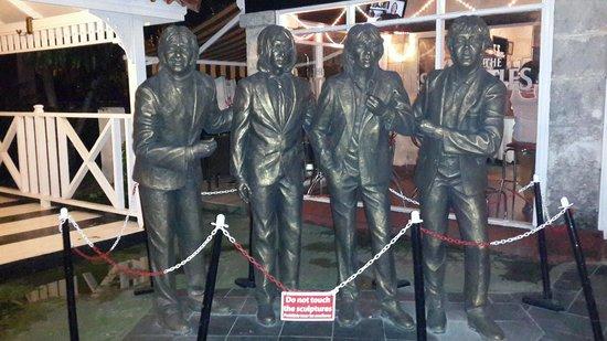 Beatles Bar: Entrada al Jardín.