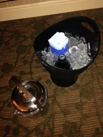 Sheraton Albuquerque Airport Hotel : Improvised refrigerations system.