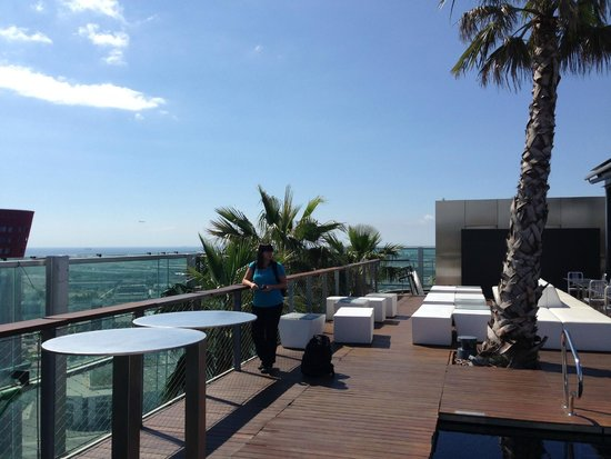 Renaissance Barcelona Fira Hotel: Roof top pool and lounge area