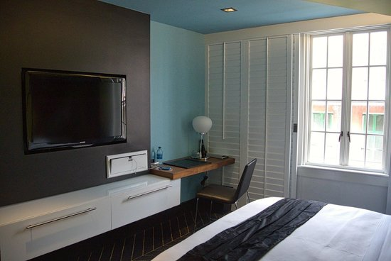 W New Orleans - French Quarter: Room 326 / Wonderful Accessible Room - TV/Desk Area