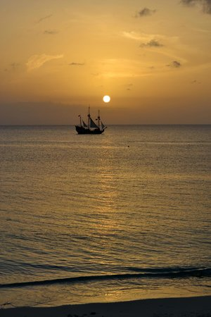 Cayman Reef Resort: Jolly roger at Sunset in front of resort