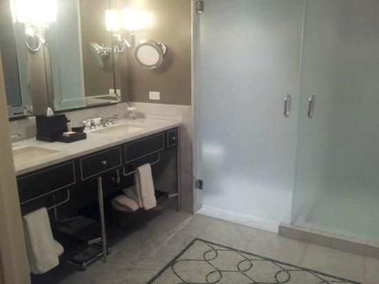 Waldorf Astoria Chicago: Master bath