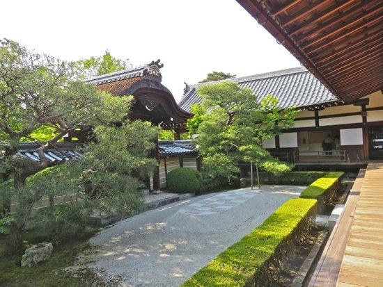 Eikan-dō : Shaka-do chief priests quarters and zen garden