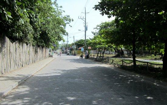 Xanadu Island Resort: Street leading to resort