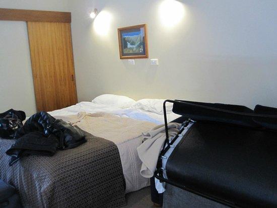 Alpine Glacier Motor Lodge: The King family studio room- not much room