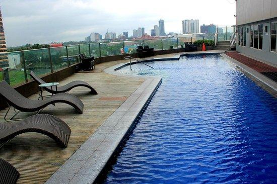 Acacia Hotel Manila: Pool Area