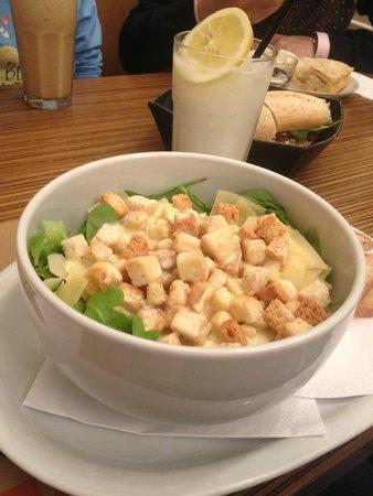 Mark's Deli & Coffee House: Caesar Salad com Limonada Suiça