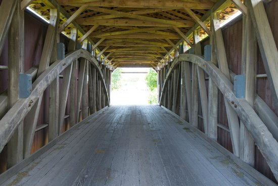 Artist's Inn and Gallery : Covered bridge.