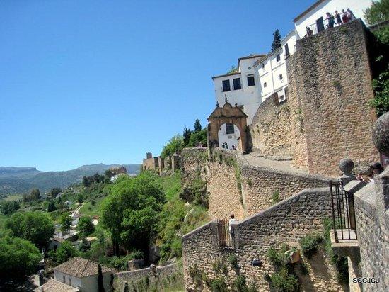El Tajo: Old city gate and wall