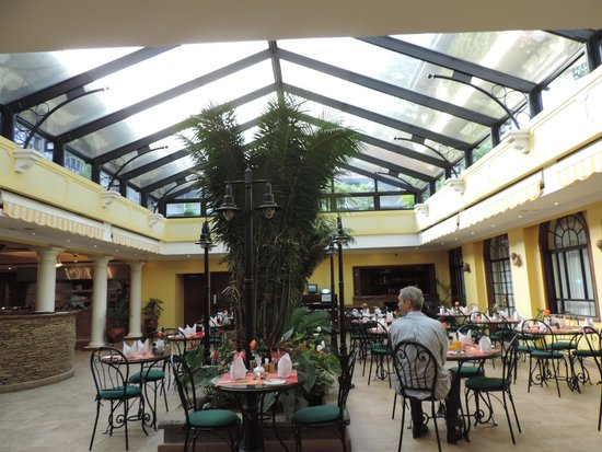 Fairview Hotel: Atrium restaurant