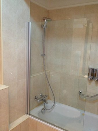 Ramada Hotel and Suites Bucharest North: Ramada shower