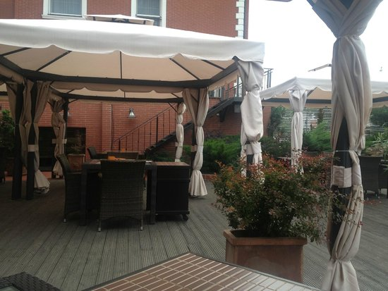 Ramada Hotel and Suites Bucharest North: Ramada patio for dinner
