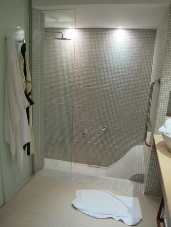 Outrigger Laguna Phuket Beach Resort: Bathroom
