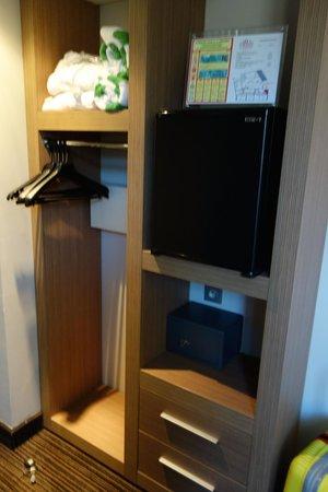 Plaza Madeleine & Spa: 冰箱與衣櫃