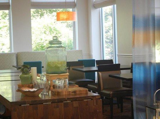 Hilton Garden Inn Portland Airport: お水もレモン等が入っていて 良いです。