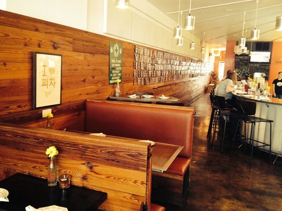 Pizzeria Lola: booths with pictures of other diners on the wall