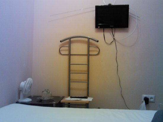 "Chistye Prudy Hotel: номер без окна. Телевизор ""на скрутках"""