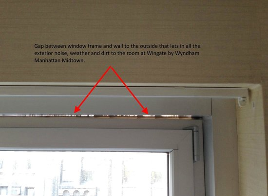 Wingate by Wyndham Manhattan Midtown: Gap between Window and Wall