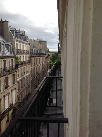 Hotel Royal Saint-Honore: Down the side street to the Jardin des Tuileries
