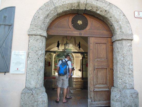Mozart Residence (Mozart Wohnhaus): 入り口。中庭にカフェあり