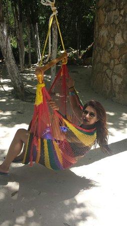 Cenote Aktun chen: Cómodas amacas y sillas colgantes :)