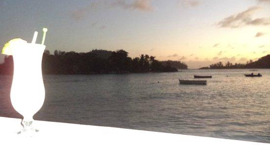 la vue du restaurant /best spot of seychelles/les pieds dans l'eau
