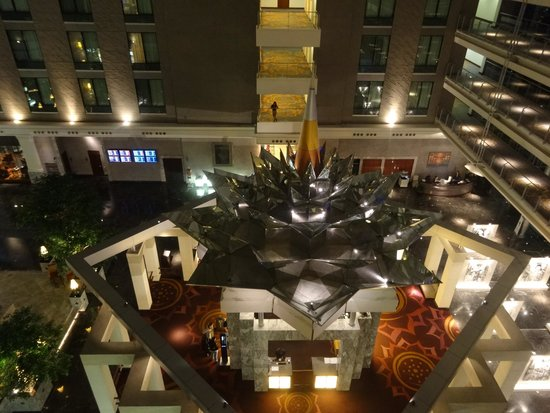 Novotel Bangkok Suvarnabhumi Airport: Another view looking down at the reception / dining areas