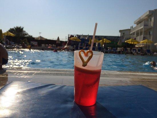 Bodrum Beach Resort: Lite extra till barnen från killarna i poolbaren