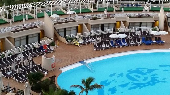 Gloria Palace San Agustín Thalasso & Hotel: 07h00 ! Des gens reservent leur transat !!!!!