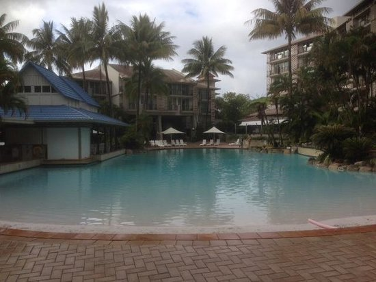 Novotel Cairns Oasis Resort: pool by day