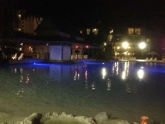 Novotel Cairns Oasis Resort: Pool by night