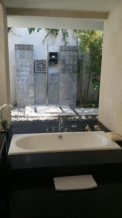 Kayumanis Nusa Dua Private Villa & Spa: Outdoor bath and shower