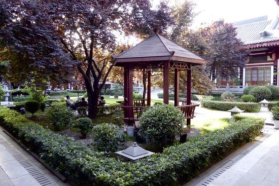 Tang Dynasty Art Garden Hotel: Pavilion in garden