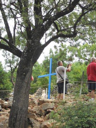"""Medjugorje Tours & Travel Day Tour: Il y a eu différents endroits """"d'apparition"""" sur cette colline"""
