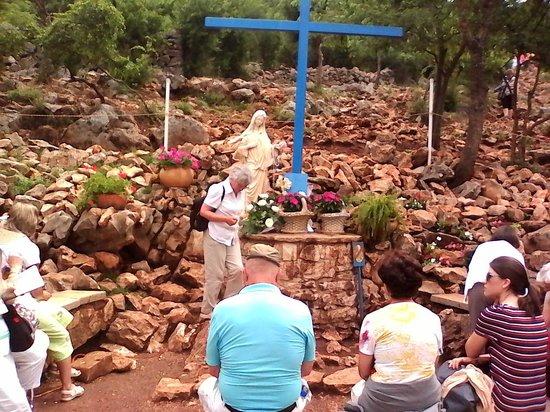 """Medjugorje Tours & Travel Day Tour: La croix est de couleur """"bleue"""""""