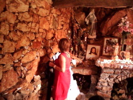 Medjugorje Tours & Travel Day Tour: On pose ses priéres entre les pierres (chapelle)