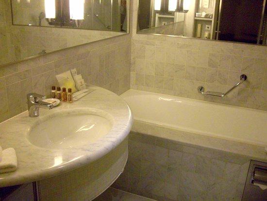 Sheraton Paris Airport Hotel & Conference Centre : bathroom 2
