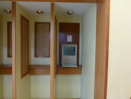 Nepheli Hotel : такой вот древнючий компъютер в холле )))