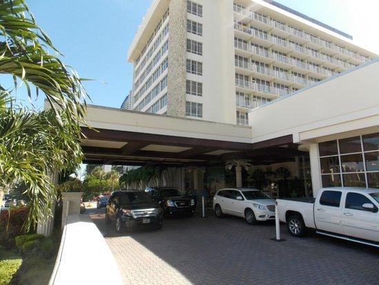Newport Beachside Hotel and Resort: Hotel Entrance