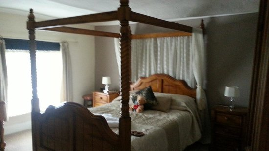 King's Head Inn: four poster bed