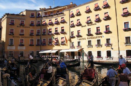 Cavalletto & Doge Orseolo: Вид на отель со стороны причала гондольеров