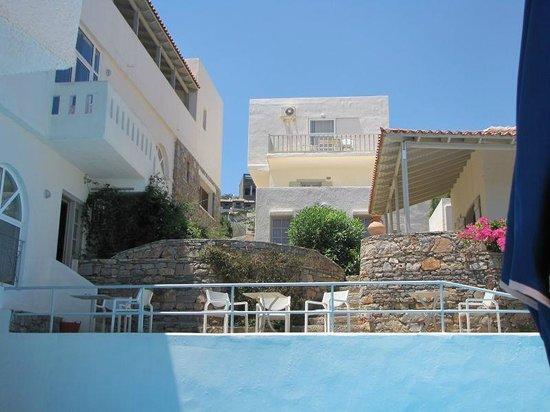 Selena Village : widok na stołówkę (po lewej) i bar(po prawej)z basenu