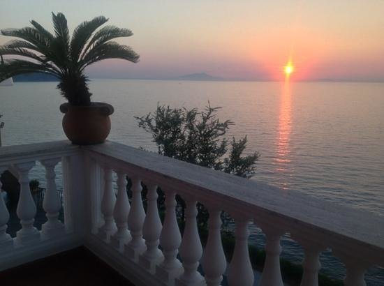 Villa Garden Hotel: view of sunset over Bay of Naples from our Balcony